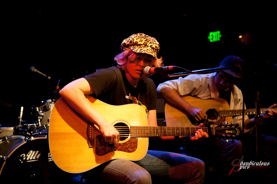 Oso Benefit: Star Anna Live at Tractor Tavern (Photo by Dan Rogers)
